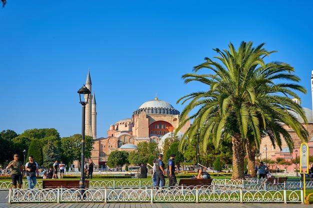 Heller sommertag die sofia-moscheeansicht am sultanahmet-platz in istanbul-stadt.