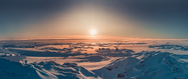 Heller sonnenuntergang panoramablick in der antarktis