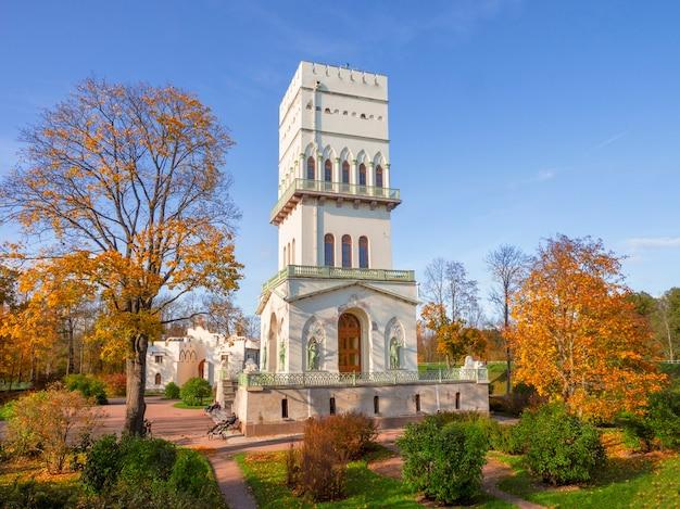 Heller sonniger herbst, weißer turm alexander park, tsarskoe selo. russland.