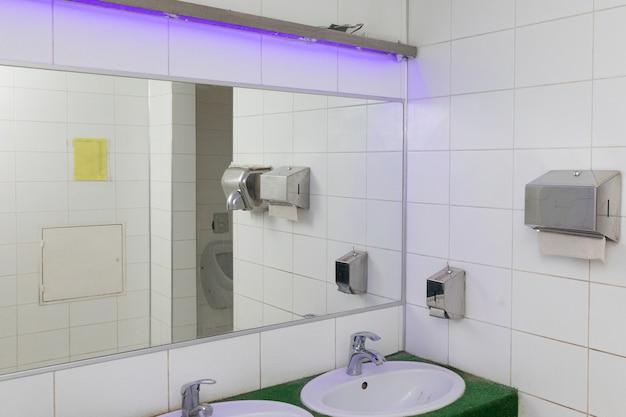 Heller toilettenraum an einem öffentlichen ort