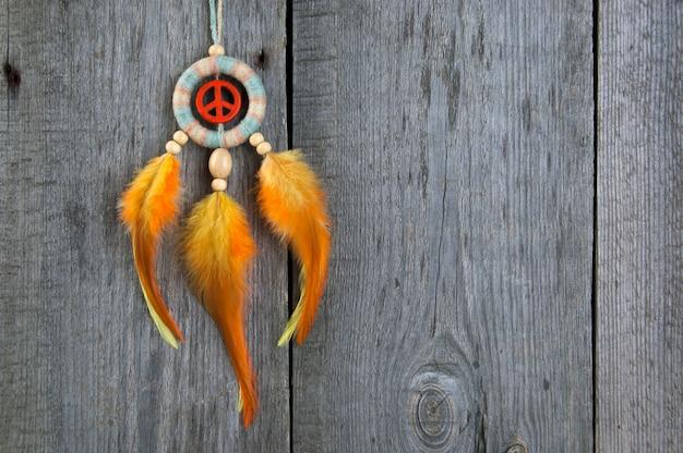 Heller traumfänger mit einem orange friedenszeichen