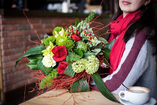 Heller und herrlicher blumenblumenstrauß der schönen roten blumen für valentinstag