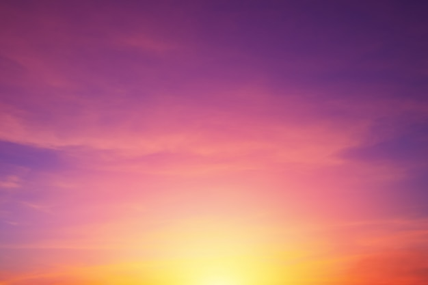 Heller vibrierender purpurroter farbrealer romantischer sonnenunterganghimmel