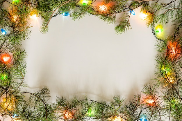 Heller weihnachtsrahmen aus fichte, weihnachtsdekorationen auf weißem hintergrund. neujahr. platz kopieren. winterferien,