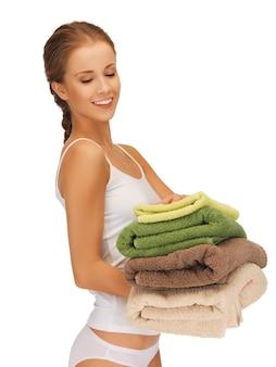 Helles bild der schönen frau mit handtüchern.