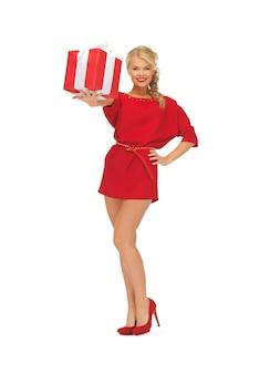 Helles bild einer frau im roten kleid mit geschenk