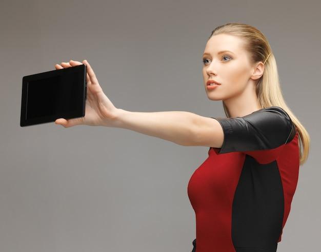 Helles bild einer futuristischen frau mit tablet-pc