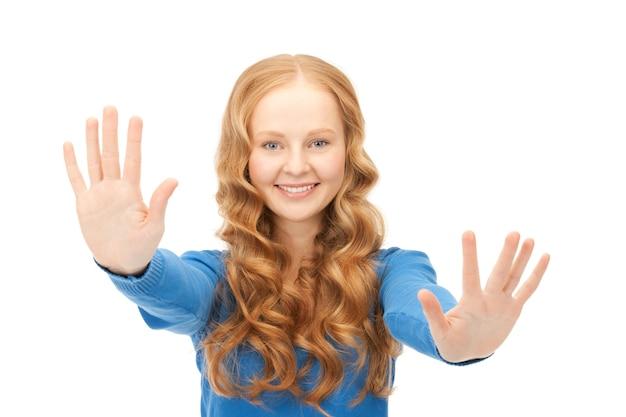 Helles bild einer glücklichen frau, die ihre handflächen zeigt