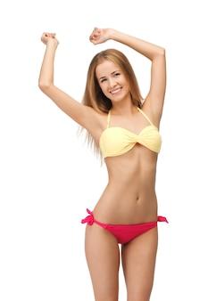 Helles bild einer schönen frau im bikini