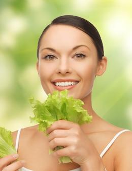 Helles bild einer schönen frau mit salat
