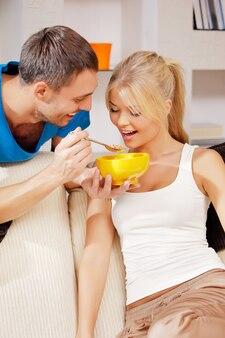 Helles bild eines glücklichen paares mit müsli Premium Fotos