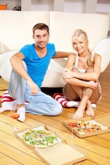 Helles bild eines glücklichen romantischen paares, das zu abend isst Premium Fotos