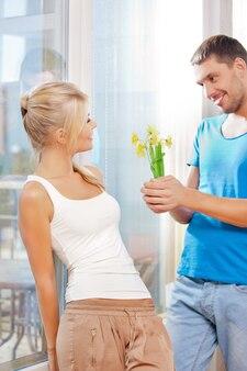 Helles bild eines glücklichen romantischen paares mit blumen