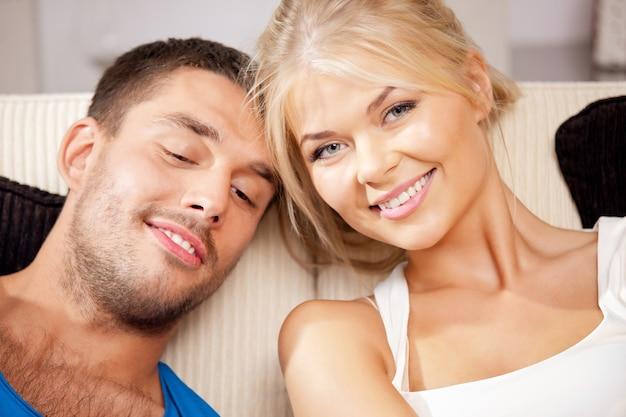 Helles bild eines glücklichen romantischen paares zu hause (fokus auf frau)
