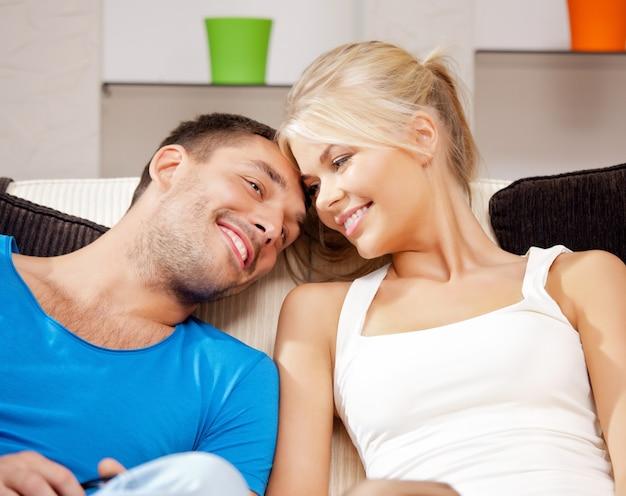Helles bild eines glücklichen romantischen paares zu hause