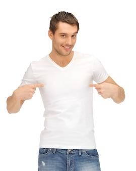 Helles bild eines gutaussehenden mannes im weißen hemd
