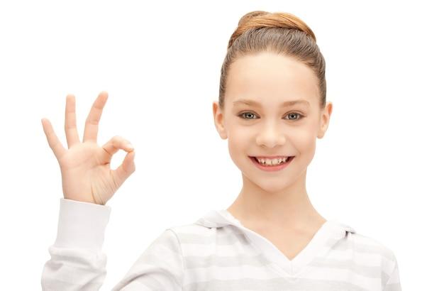 Helles bild eines schönen teenager-mädchens, das ein gutes zeichen zeigt