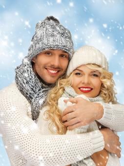 Helles bild von familienpaaren in winterkleidung