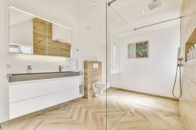 Helles, elegantes badezimmerinterieur in einem luxushaus