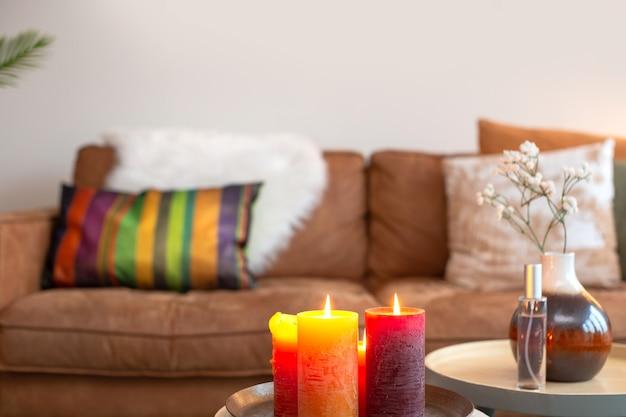 Helles, farbenfrohes wohnzimmer mit sofa im hintergrund mit brennen