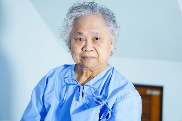 Helles gesicht des asiatischen älteren oder älteren frauenpatientenpatienten-lächelns in der krankenpflegekrankenstation.