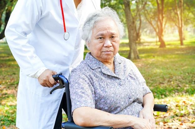 Helles gesichtspatient des asiatischen älteren oder älteren frauenlächelns der alten dame