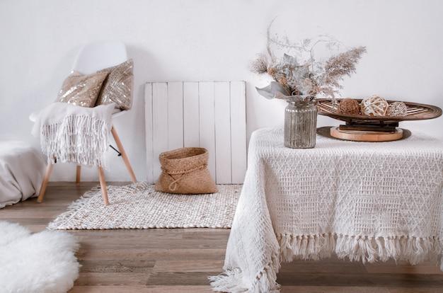 Helles interieur eines gemütlichen zimmers mit stuhl und wohnkultur. modernes interieur, details und dekor.