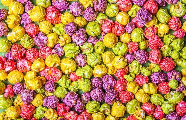 Helles karamellpopcorn. mehrfarbiges popcorn. hintergründe und texturen.