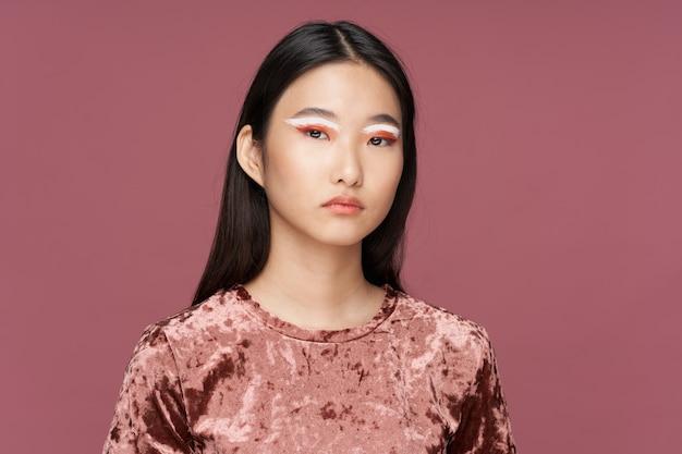 Helles make-up asiatischer frauenlebensstilluxus-rosa lokalisierter hintergrund