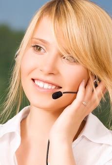 Helles porträt des freundlichen weiblichen helpline-betreibers