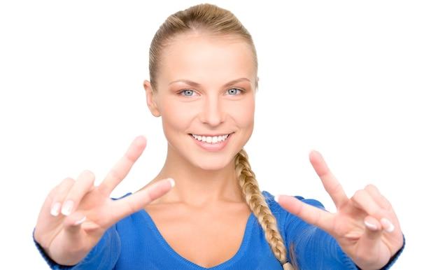 Helles porträt einer schönen blondine, die victory-zeichen zeigt