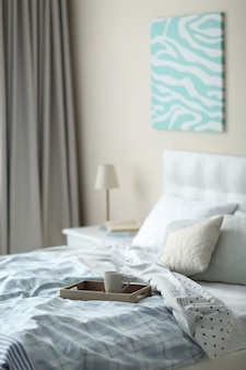 Helles stilvolles schlafzimmer