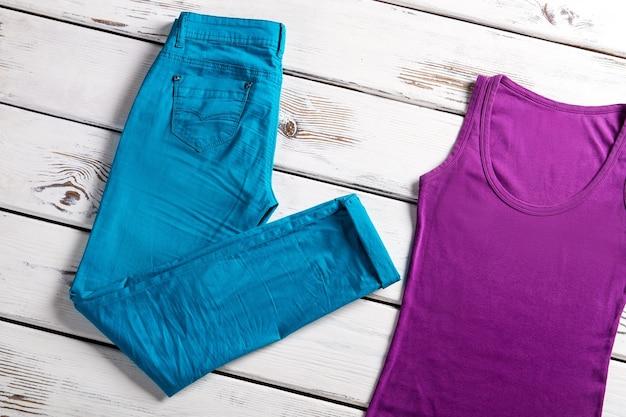 Helles weibliches oberteil und hose. jeans und top auf der vitrine. stretchjeans und top für damen. bunte damenbekleidung für den sommer.