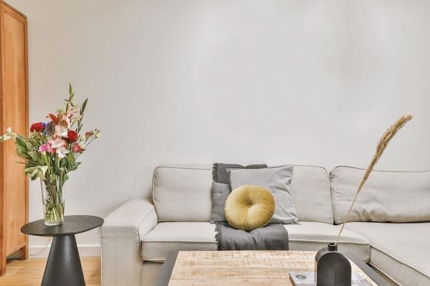 Helles wohnzimmer in einem modernen luxushaus