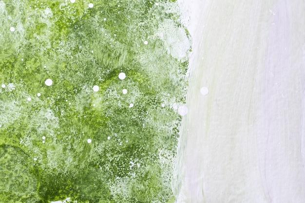 Hellgrüne und weiße farben. aquarellmalerei auf leinwand mit olivenverlauf. papier mit wellenmuster