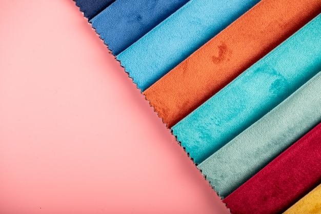 Hellorange und blaue farbpalette, die ledergewebe im katalog schneidet