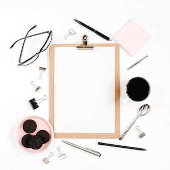 Hellrosa home office workspace schreibtischrahmen mit zwischenablage, kaffee, keksen, gläsern und büromaterial auf weißer oberfläche