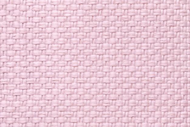 Hellrosa textilhintergrund mit kariertem muster, nahaufnahme. struktur des gewebemakros.