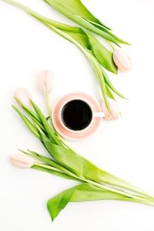 Hellrosa tulpenblumen und eine tasse kaffee
