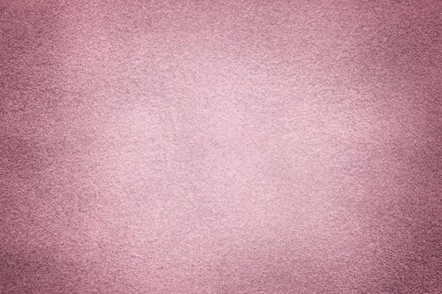 Hellvioletter, matter hintergrund aus wildleder mit dunkler vignette, nahaufnahme. samttextur aus nahtlosem lila textil mit farbverlauf, makro. struktur aus rosa filz-leinwand-hintergrund.