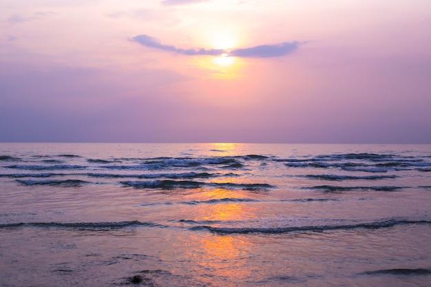 Hellvioletter sonnenuntergang an der küste in asien