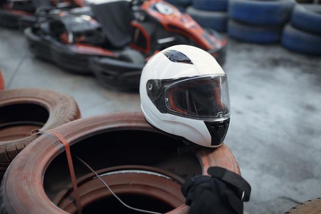 Helm auf reifen, go-kart-auto
