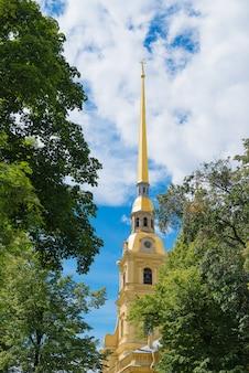 Helm der kathedrale von peter und paul fortress und blauer himmel mit wolke.