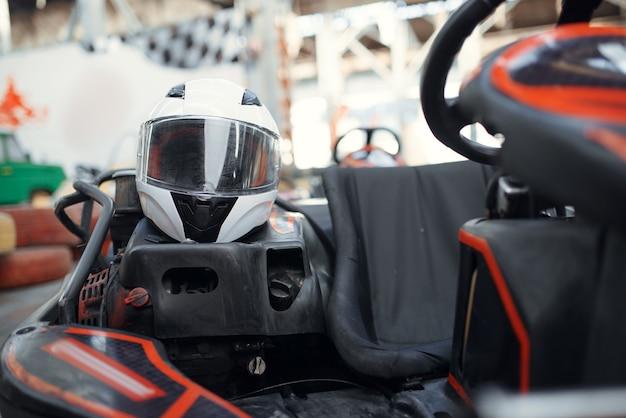 Helm im go-kart-auto