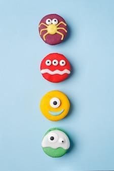 Heloween-nachtisch: satz lustige monster, geist, spinne gemacht von der keksmakrone