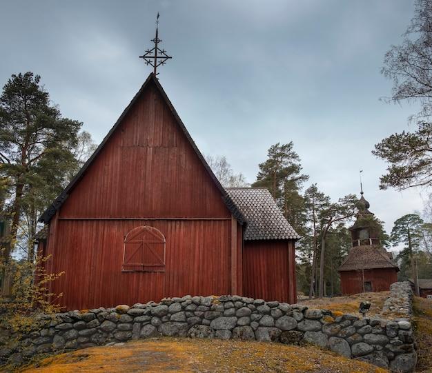 Helsinki finland kirche holzkirche und haus im freiluftparkmuseum am frühlingsabend