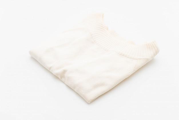 Hemd. gefaltetes t-shirt auf weiß