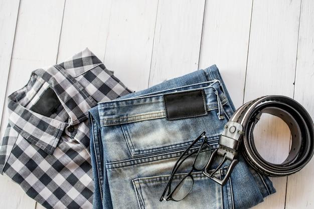 Hemd, jeans und gürtel