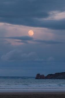 Hendaia strand mit vollmond vor dem eclypse im baskenland