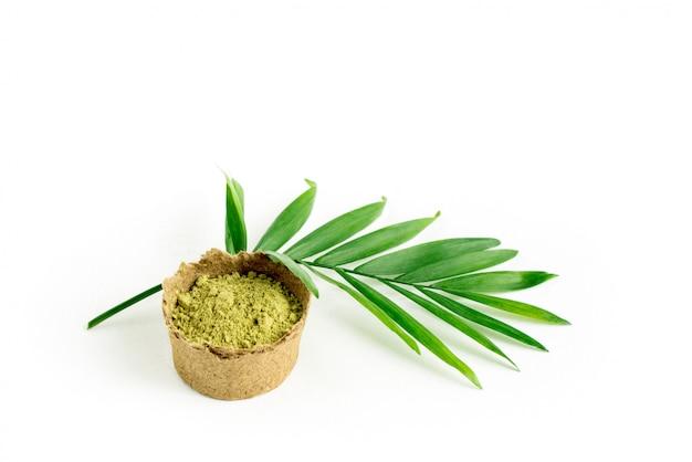 Henna-puder für haare und augenbrauen mit grünem palmblatt.